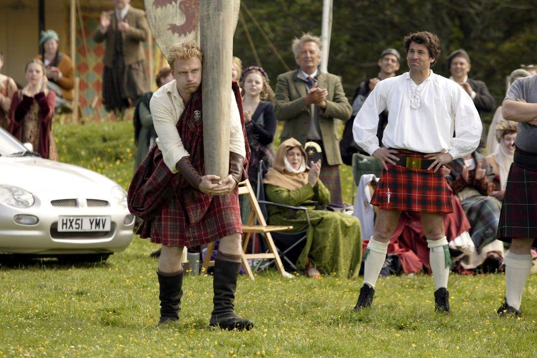 Tom (Patrick Dempsey, r.) hat bei den altertümlichen schottischen Spielen, die ihn eher belustigen, keine Chance gegen seinen Rivalen (Kevin McKidd... - Bildquelle: 2008 Columbia Pictures Industries, Inc. and Beverly Blvd LLC. All Rights Reserved.