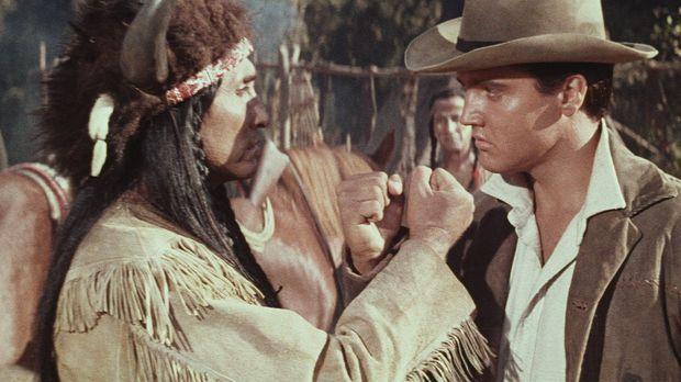 Pacer Burton (Elvis Presley, r.), ein Indianer-Mischling, versucht zwischen B...