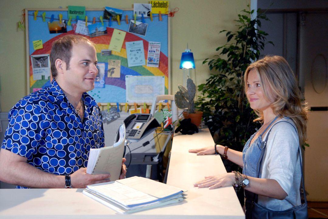 Sophie (Daniela Preuß, r.) erzählt Thomsen (Matthias Klimsa, l.) stolz von ihrem ersten Fall. Schließlich hat sie sechs Tüten Müll als Beweismittel... - Bildquelle: Christoph Assmann Sat.1