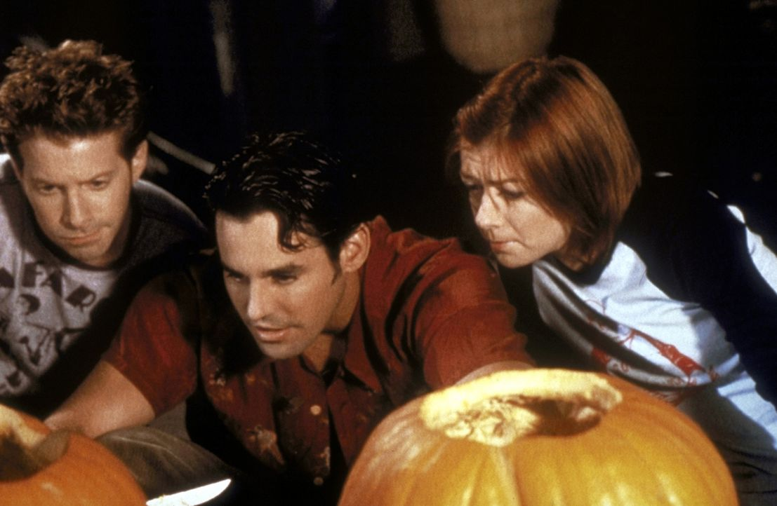 (v.l.n.r.) Oz (Seth Green), Xander (Nicholas Brendon) und Willow (Alyson Hannigan) inspizieren ihre Halloween-Kürbisse. - Bildquelle: TM +   2000 Twentieth Century Fox Film Corporation. All Rights Reserved.