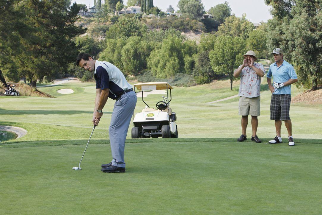 Während Grayson (Josh Hopkins, l.), Bobby (Brian Van Holt, r.) und Andy (Ian Gomez, M.) einen gemeinsamen Golftag verbringen, versucht Jules, Josh... - Bildquelle: 2009 ABC INC.