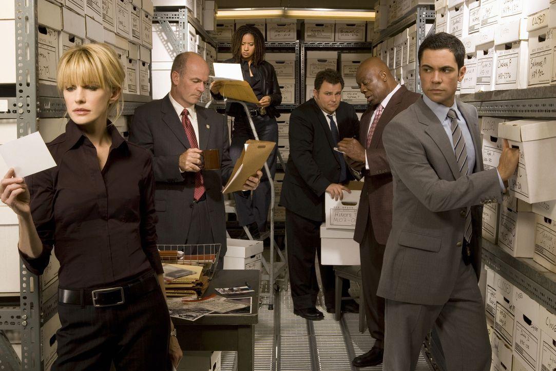 (5. Staffel) - Die Mitarbeiter des Mord-Dezernates von Philadelphia sind ein eingeschworenes Team: Scott (Danny Pino, r.), Nick Vera (Jeremy Ratchfo... - Bildquelle: Warner Bros. Television