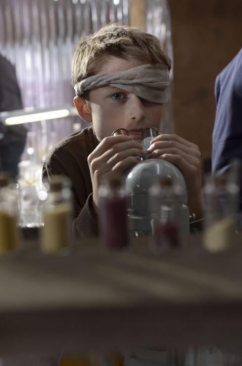 Ist Soren (Cameron Brodeur) wirklich der Schlüssel zum Heilmittel? - Bildquelle: Philippe Bosse 2014 Syfy Media, LLC