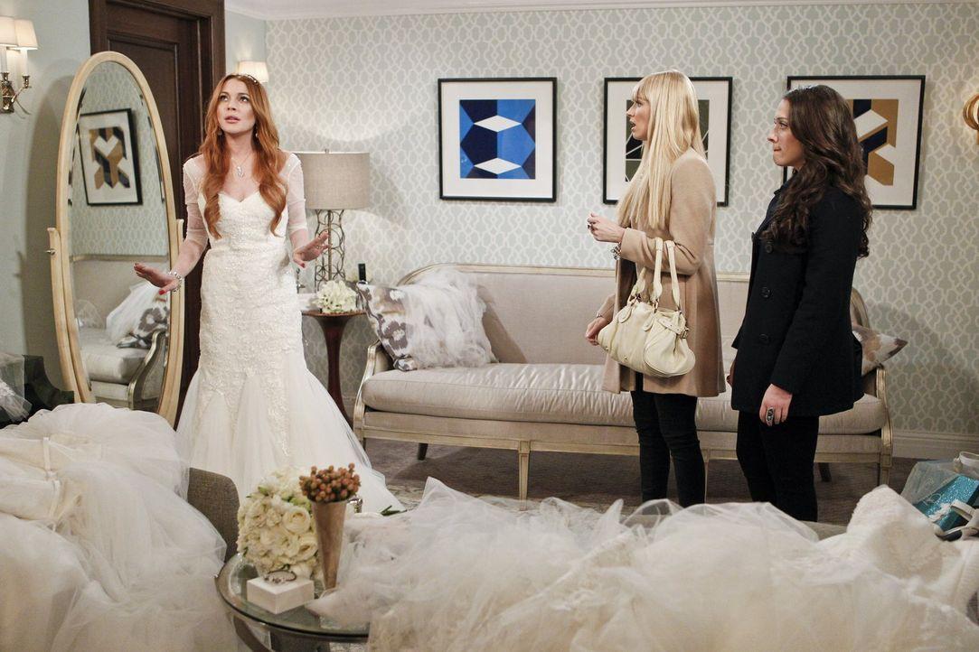 Max (Kat Dennings, r.) und Caroline (Beth Behrs, M.) ahnen nicht, was auf sie zukommt, als sie einen Auftrag von Claire Guinness (Lindsay Lohan, l.)... - Bildquelle: Warner Bros. Television