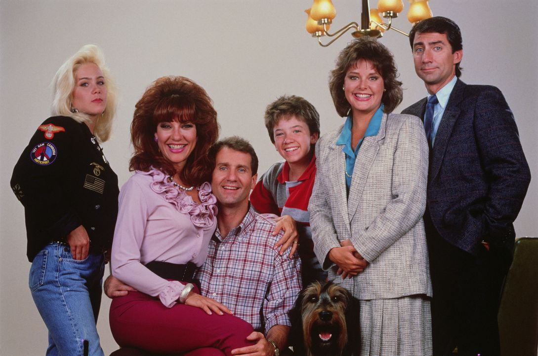 (2. Staffel) - Die Bundys und ihre Nachbarn (v.l.n.r.): Kelly (Christina Applegate), Peg (Katey Sagal), Al (Ed O'Neill), Bud (David Faustino), Marcy... - Bildquelle: 1987 Embassy Communications. All Rights Reserved.