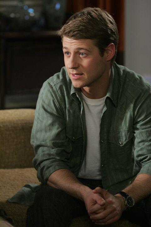 Ryan (Benjamin McKenzie) versucht hinter Kaitlins Lügengeschichten zu kommen ... - Bildquelle: Warner Bros. Television