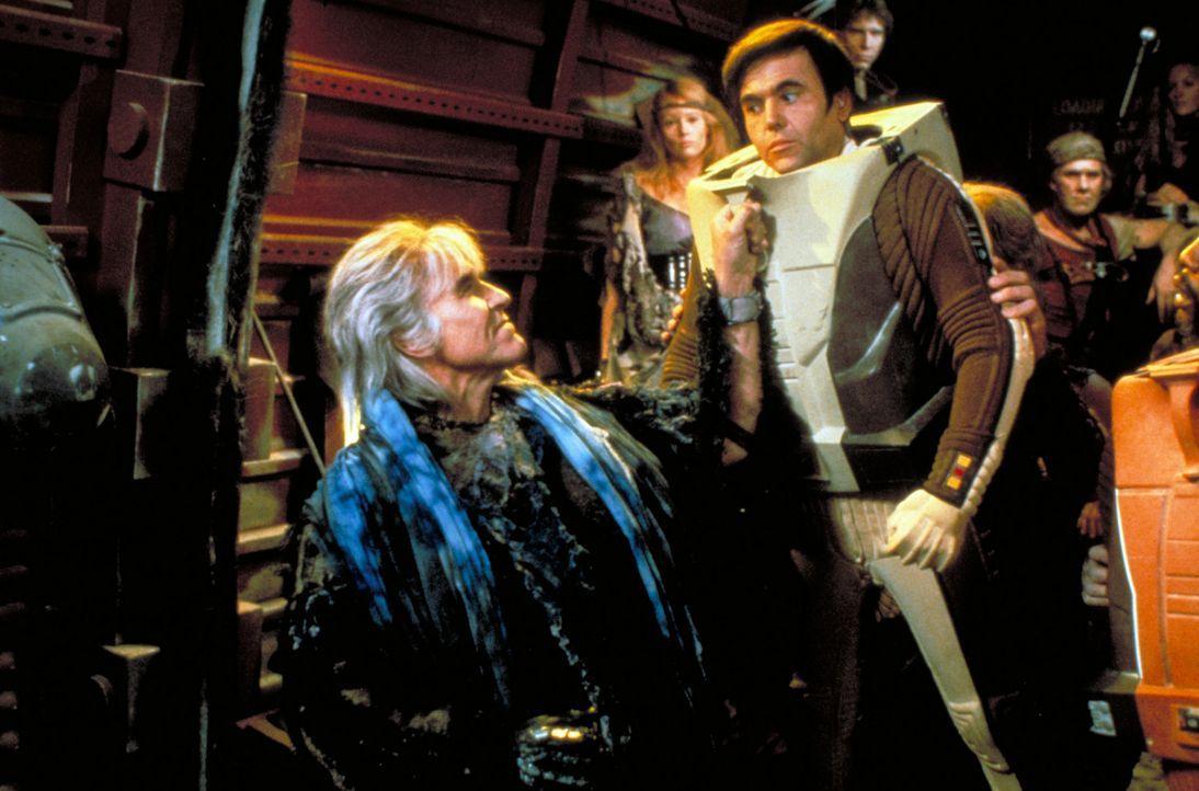 Cmdr. Chekov (Walter Koenig, r.), erster Offizier des Raumschiffs Reliant,  gerät in die Fänge von Khan (Ricardo Montalbán, l.) ? - Bildquelle: Paramount Pictures