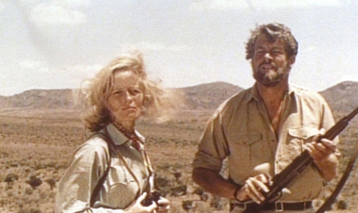Joy (Virginia McKenna, l.) und Gorge (Bill Travers, r.) beobachten, wie ihre Löwin Elsa in der Wildnis zurechtkommt ... - Bildquelle: 1965, renewed 1993 Columbia Pictures Industries, Inc. All Rights Reserved.