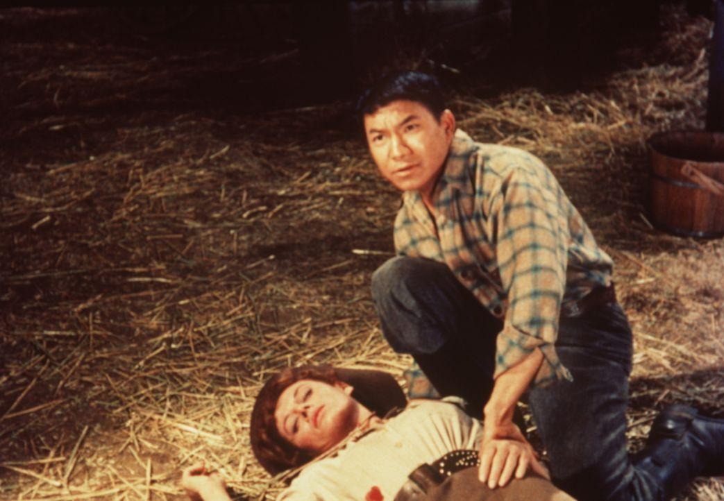 Jimmy (Peter Chong, r.) kann nichts mehr für Sally (Patricia Michon, l.) tun - ihr eigener Vater hat sie erschossen ... - Bildquelle: Paramount Pictures