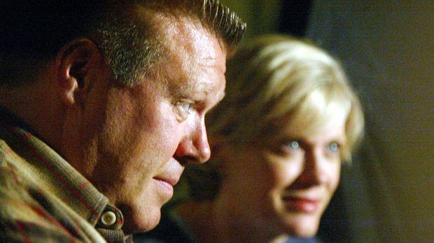 Wissen Brad (Joel McKinnon Miller, l.) und Mrs. Atwater (Loanne Bishop, r.) m...