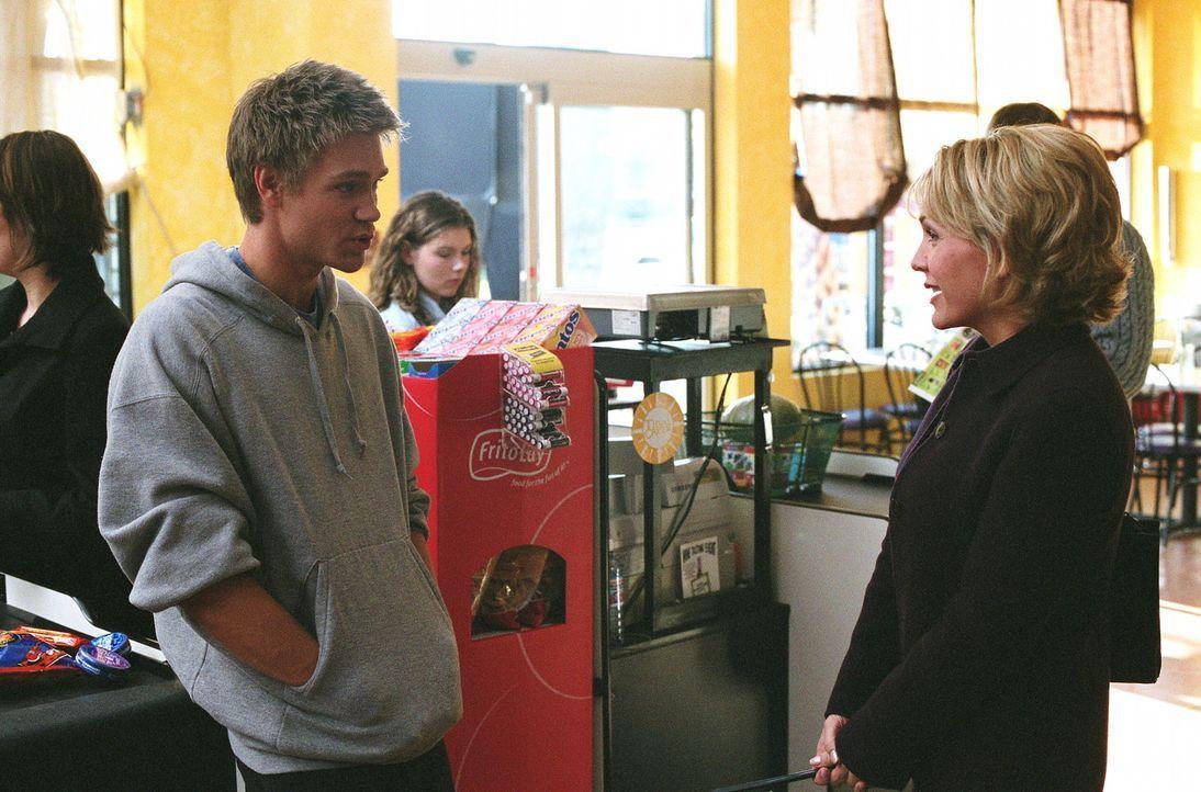 Deb (Barbara Alyn Woods, r.) kann nicht fassen, dass Lucas (Chad Michael Murray, l.) eine Familienpackung Kondome kaufen möchte. Sie stellt ihn zur... - Bildquelle: Warner Bros. Pictures