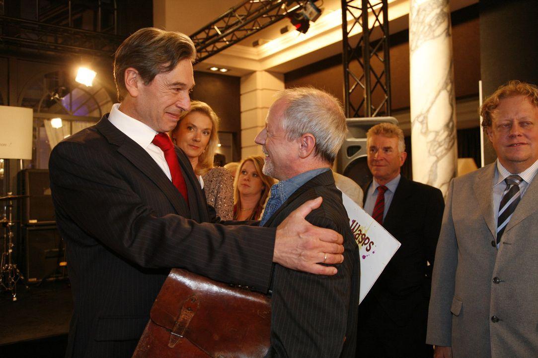Die Überraschung ist geglückt: Julius (Günter Barton, l.) begrüßt seinen alten Freund Kai Uwe Grundmann (Olaf Krätke, vorne r.) ... - Bildquelle: SAT.1