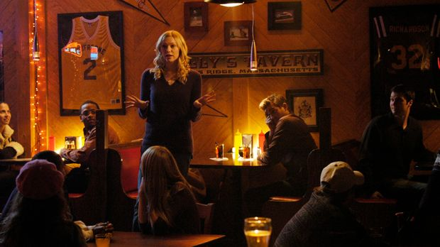 Hannah (Laura Prepon, stehend) ist von Nicks (Bryan Greenberg, M. hinten) stä...