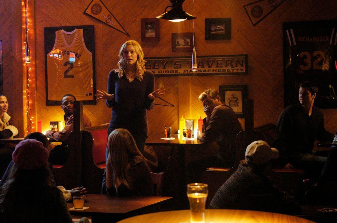 Hannah (Laura Prepon, stehend) ist von Nicks (Bryan Greenberg, M. hinten) ständigen Fragen zu Sam genervt und fragt die Anwesenden in der Bar, wer s... - Bildquelle: 2007 American Broadcasting Companies, Inc. All rights reserved.