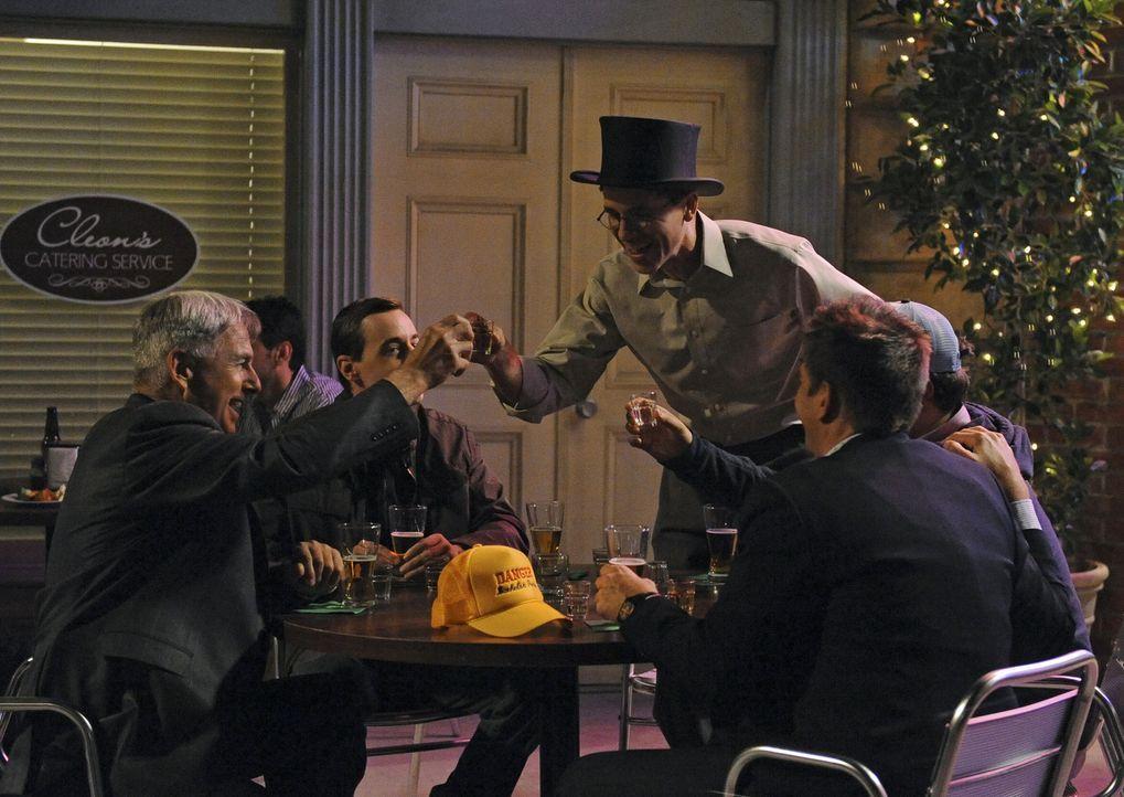 Der Junggesellenabschied von Jimmy ist im vollen Gange: Gibbs (Mark Harmon, l.), McGee (Sean Murray, 3.v.l.), Jimmy (Brian Dietzen, 3.v.r.), DiNozzo... - Bildquelle: CBS Television