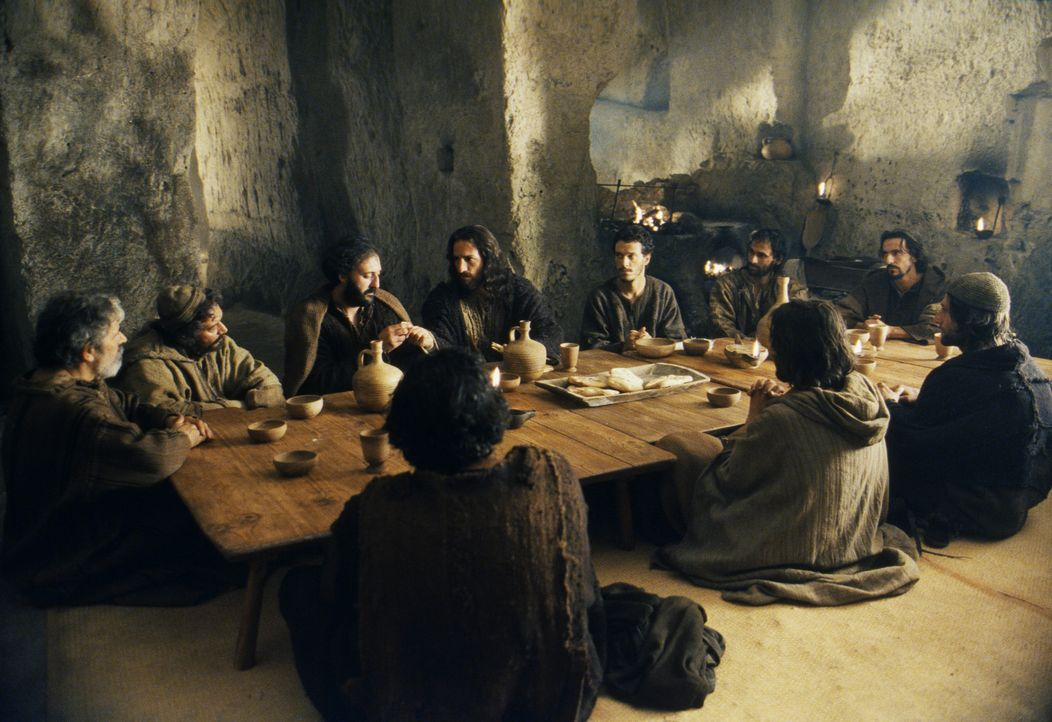 Während Jesus (James Caviezel, M.) und seine Jünger im Garten Getsemane am Fuß des Ölbergs lagern und ein gemeinsames Abendmahl einnehmen, verr - Bildquelle: Icon Film Distribution Ltd.