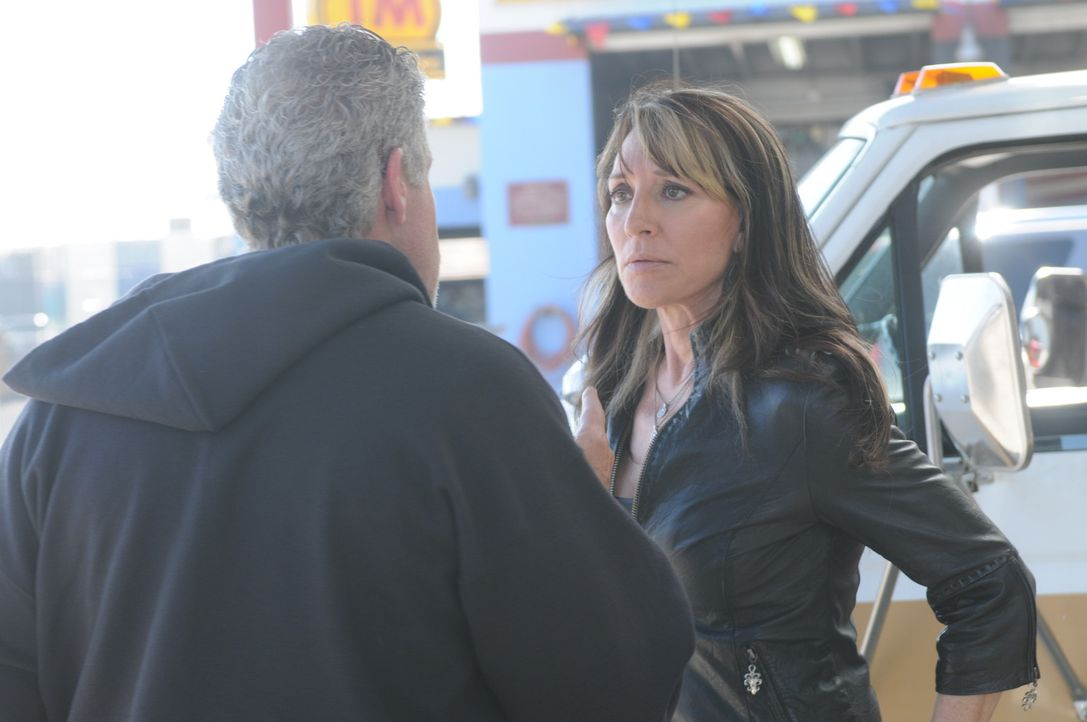 Gemma (Katey Sagal, r.) ist entsetzt von Clays (Ron Perlman, l.) Plänen, aber dieser will sich nicht in seine Geschäfte reinreden lassen ... - Bildquelle: 2011 Twentieth Century Fox Film Corporation and Bluebush Productions, LLC. All rights reserved.
