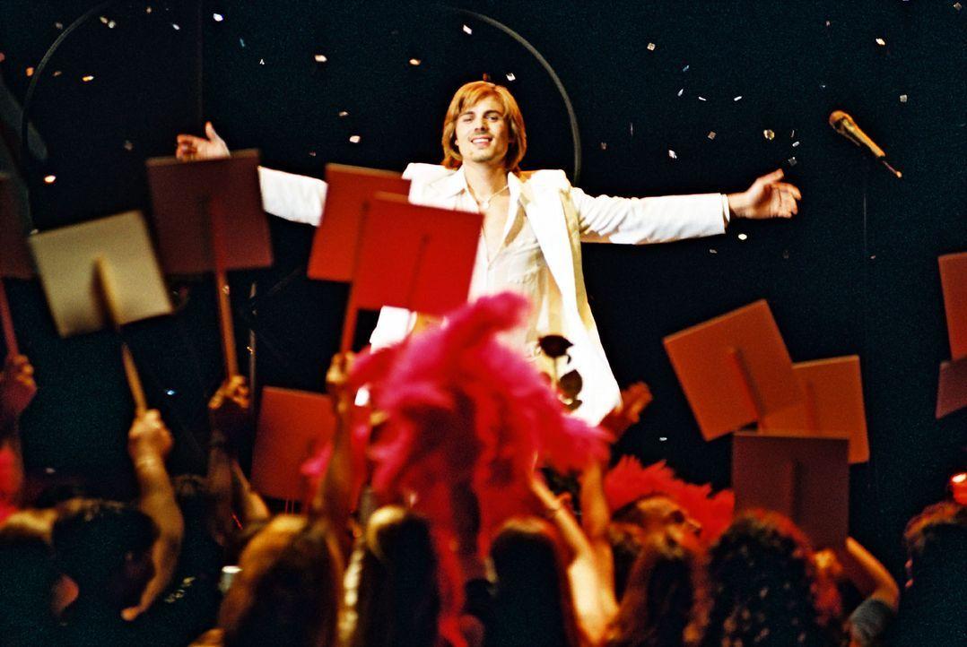 Ray Love (Rhon Diels) ist der unumstrittene Favorit beim Schlagerwettbewerb. - Bildquelle: Hardy Spitz Sat.1