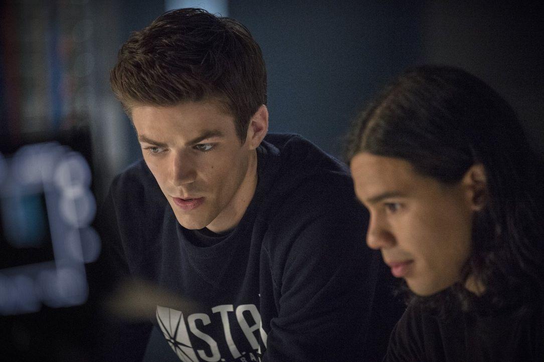 Als Captain Cold an das gestohlene Kältegewehr, dass Cisco (Carlos Valdes, r.) gebaut hat, gelangt, ist Barry alias The Flash (Grant Gustin, l.) in... - Bildquelle: Warner Brothers.
