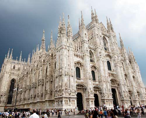 """Heller Marmor, farbenprächtige Glasfenster und fast 4000 Statuen kennzeichnen den """"Duomo di St. Maria Nascente"""" in Mailand. Auf der Turmspitze befi... - Bildquelle: AFP"""