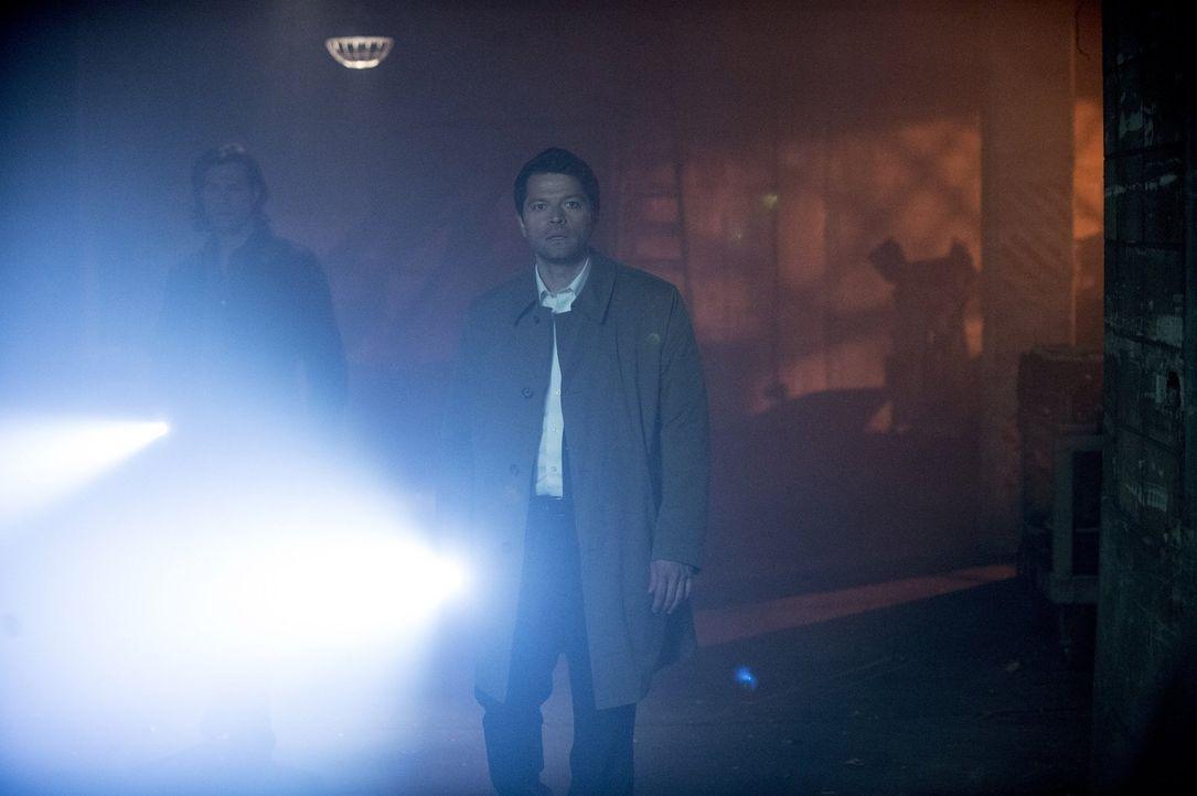 Begeben sich gemeinsam auf Spurensuche: Castiel (Misha Collins, r.) und Sam (Jared Padalecki, l.) ... - Bildquelle: 2013 Warner Brothers