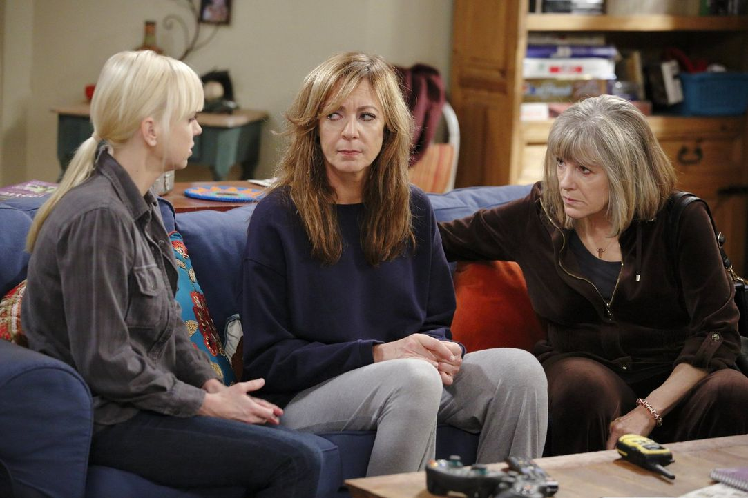 Versuchen Bonnie (Allison Janney, M.) zu trösten: Christy (Anna Faris, l.) und Marjorie (Mimi Kennedy, r.) ... - Bildquelle: Warner Bros. Television