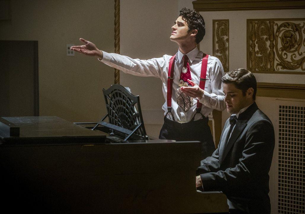 Der Musik Meister (Darren Criss, l.) hat seine Freude daran, Barry und Kara in einer von ihnen geschaffenen Musical-Welt spielen zu lassen, während... - Bildquelle: 2016 Warner Bros.