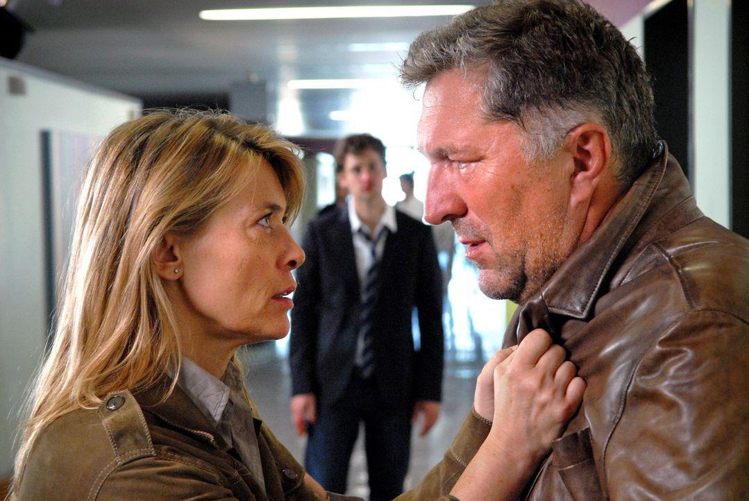 Glaubt Hauptkommissar Boris (Veit Stübner, r.) Christianes (Barbara Rudnik, l.) Verdacht gegen David (Florian Stetter, M.)? - Bildquelle: Sat.1
