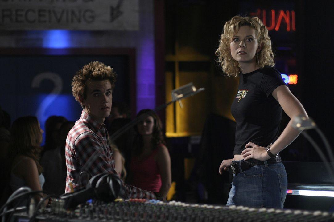 Die Eröffnung ist ein voller Erfolg, deshalb haben Chris (Tyler Hilton, l.) und Peyton (Hilarie Burton, r.) alle Hände voll zu tun ... - Bildquelle: Warner Bros. Pictures