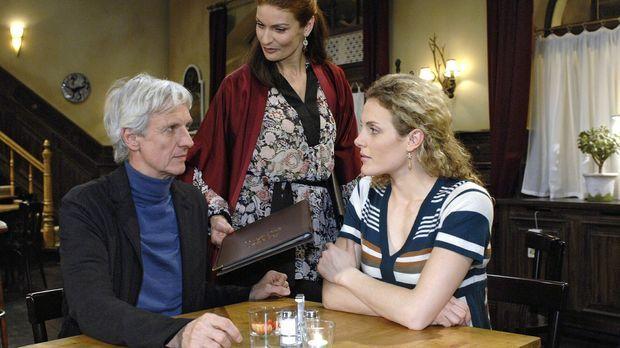 Robert (Mathieu Carrière, l.) und Maja (Barbara Lanz, r.) sind empört über Na...