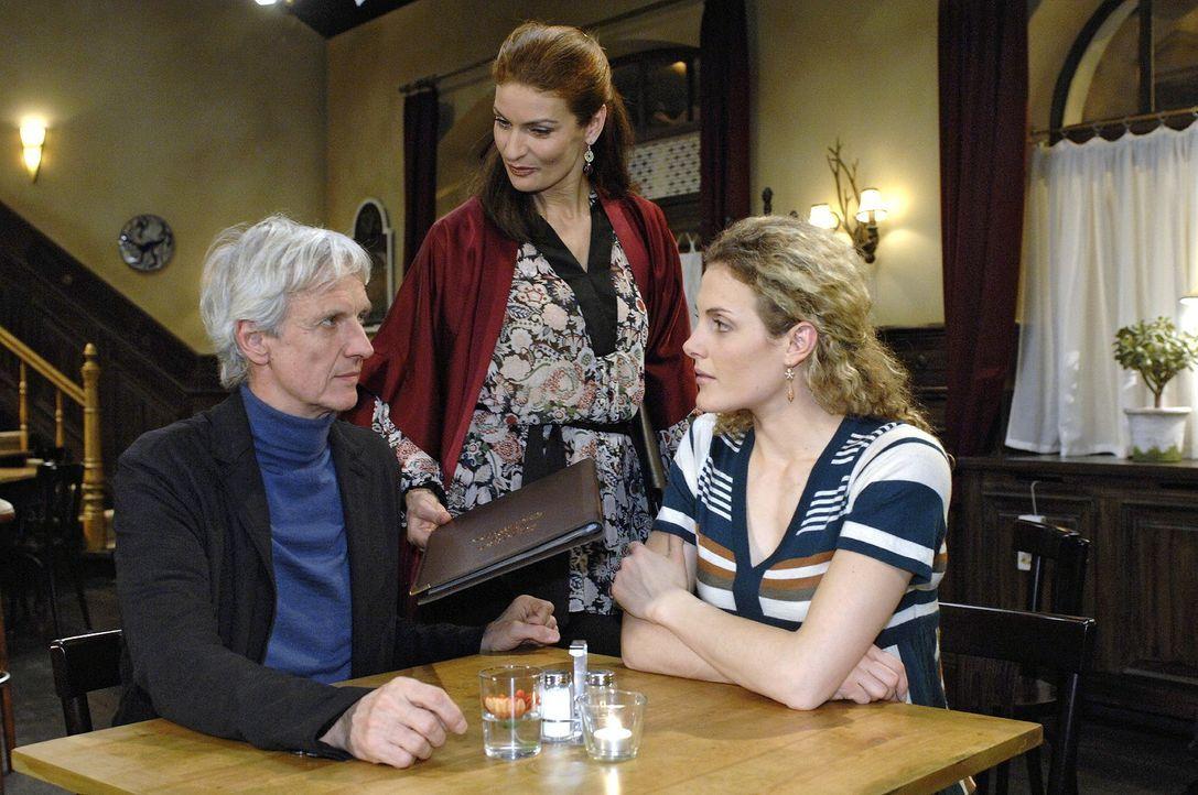 Robert (Mathieu Carrière, l.) und Maja (Barbara Lanz, r.) sind empört über Nataschas (Franziska Matthus, M.) Verhalten.