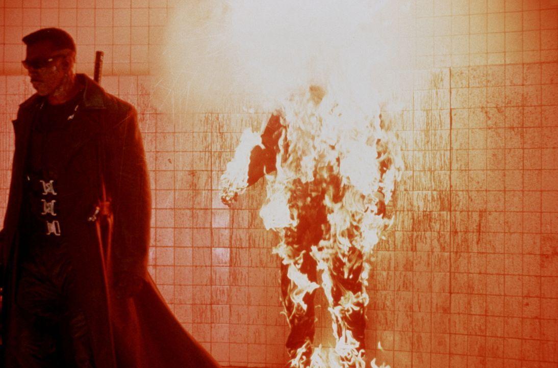 Blade (Wesley Snipes, l.) macht ein kleines Feuerspielchen mit Quinn (Donal Logue, r.) ... - Bildquelle: New Line Cinema
