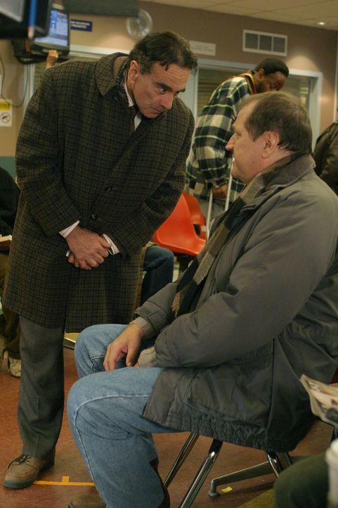 Herb Spivac (Dan Hedaya, l.), ein Rechtsanwalt, hält sich im Wartebereich des County auf und befragt die Patienten, wie lange sie warten müssen. Er... - Bildquelle: WARNER BROS