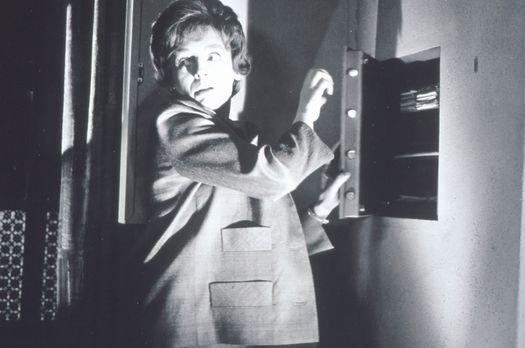 Edgar Wallace: Der Zinker - Beryl (Barbara Rütting) geht heimlich an einen Tr...