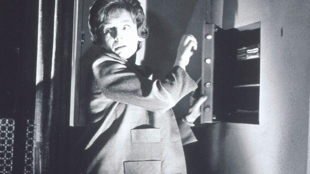 Beryl (Barbara Rütting) geht heimlich an einen Tresor ... © Constantin Film