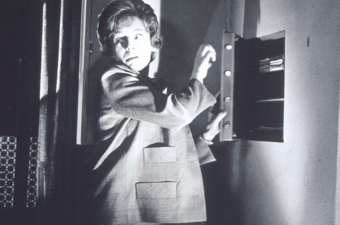 Beryl (Barbara Rütting) geht heimlich an einen Tresor ... - Bildquelle: Constantin Film