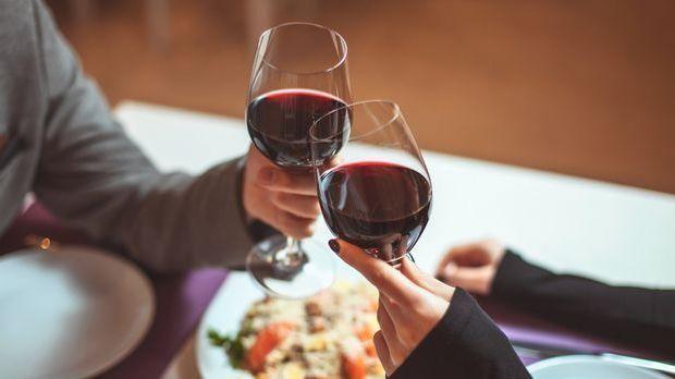 Der Klassiker für ein Date: Essen gehen. Dabei können sich Singles auf der Su...