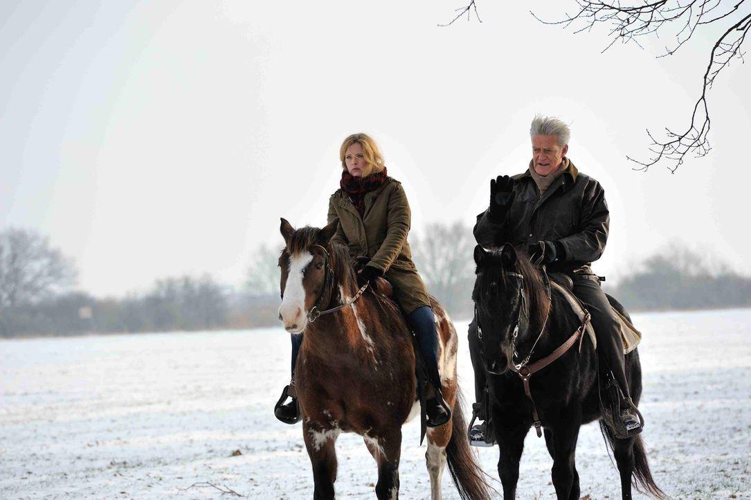 Ein gemeinsamer Ausritt mit Viktor (Max Moor, r.), bringt Josephine (Diana Amft, l.) auf eine neue Spur des Täters ... - Bildquelle: Hardy Spitz SAT.1