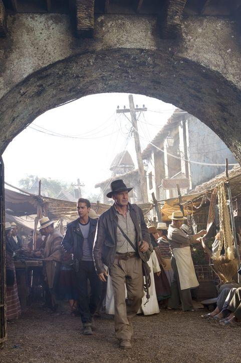 Indiana Jones (Harrison Ford, r.) und Mutt (Shia LaBeouf, l.) versuchen, den von der Russin Irina Spalko entführten Professor Ox zu retten und das R... - Bildquelle: David James & TM 2008 Lucasfilm Ltd. All Rights Reserved.