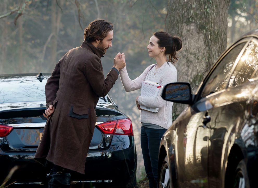 Als Zoe (Maya Kazan, r.) wegen ihm in Lebensgefahr gerät, trifft Crane (Tom Mison, l.) eine Entscheidung ... - Bildquelle: 2015-2016 Fox and its related entities.  All rights reserved.
