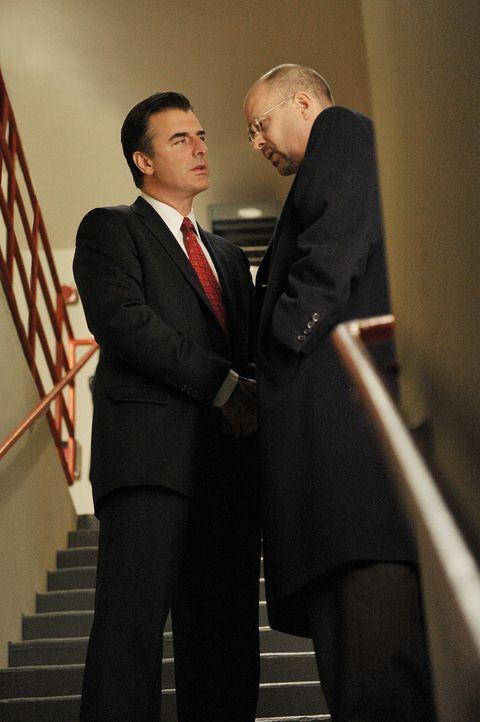 Peter (Chris Noth, l.) entdeckt, dass Gerald Kozko (Terry Kinney, r.) verwanzt wurde ... - Bildquelle: CBS Studios Inc. All Rights Reserved.