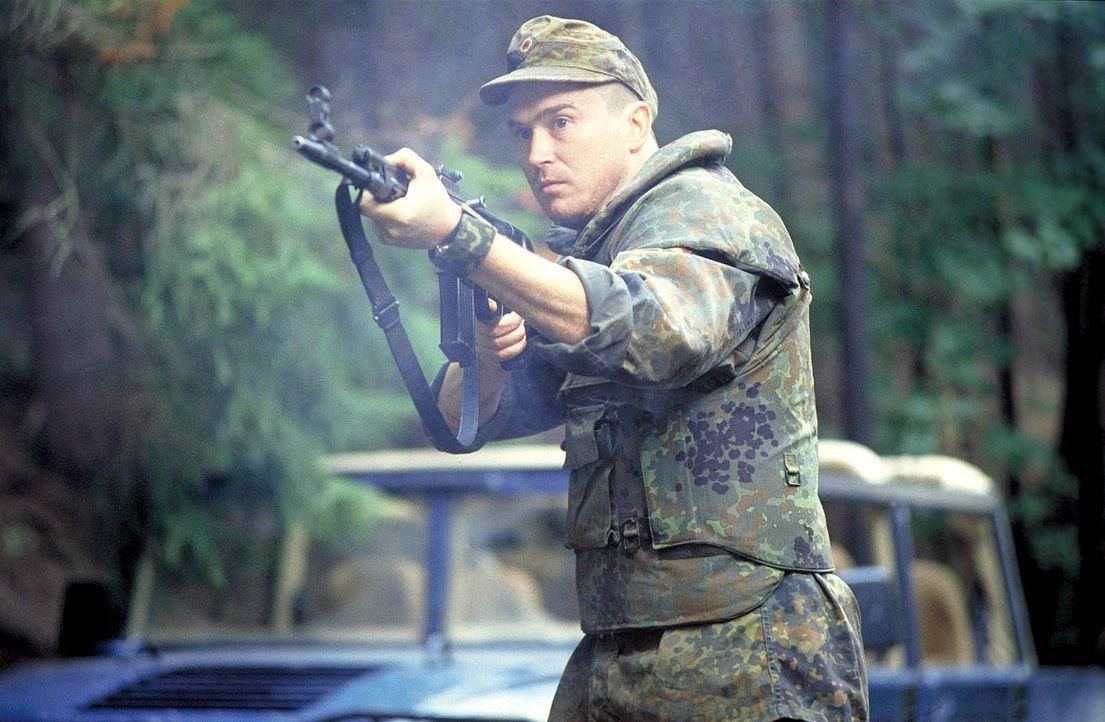 Stabsunteroffizier Joers (Uwe Bohm), Mitglied der deutschen SFOR Truppen in Bosnien, jagt einen Killer aus den eigenen Reihen ... - Bildquelle: Jiri Hanzl ProSieben