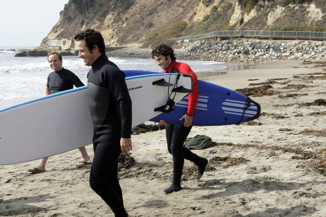 Der Weg der Wellen: Don (Rob Morrow, M.), Charlie (David Krumholtz, r.) und Larry (Peter MacNicol, l.) möchten den Mord an einem ehemaligen Profi-S... - Bildquelle: Paramount Network Television