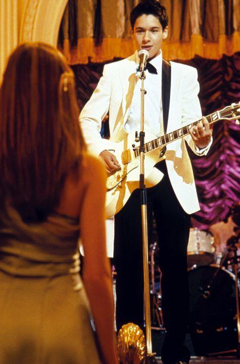 Hals über Kopf verliebt sich Daphne (Amanda Bynes, l.) in den nicht standesgemäßen Musiker Ian Wallace (Oliver James, r.), der ihr Einblick in di... - Bildquelle: Warner Bros.