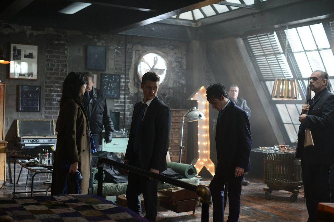 Während sich die Schurken Gothams im Kampf gegenüber stehen, muss Leslie (Morena Baccarin, vorne l.) erkennen, dass Gordon (Ben McKenzie, vorne M.)... - Bildquelle: Warner Brothers