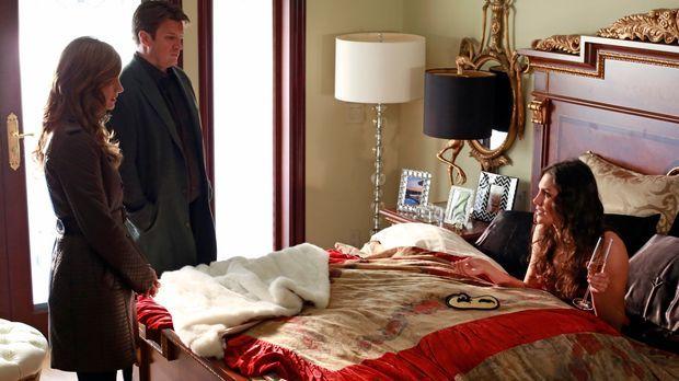 Castle (Nathan Fillion, M.) und Beckett (Stana Katic, l.) statten Regina Cane...