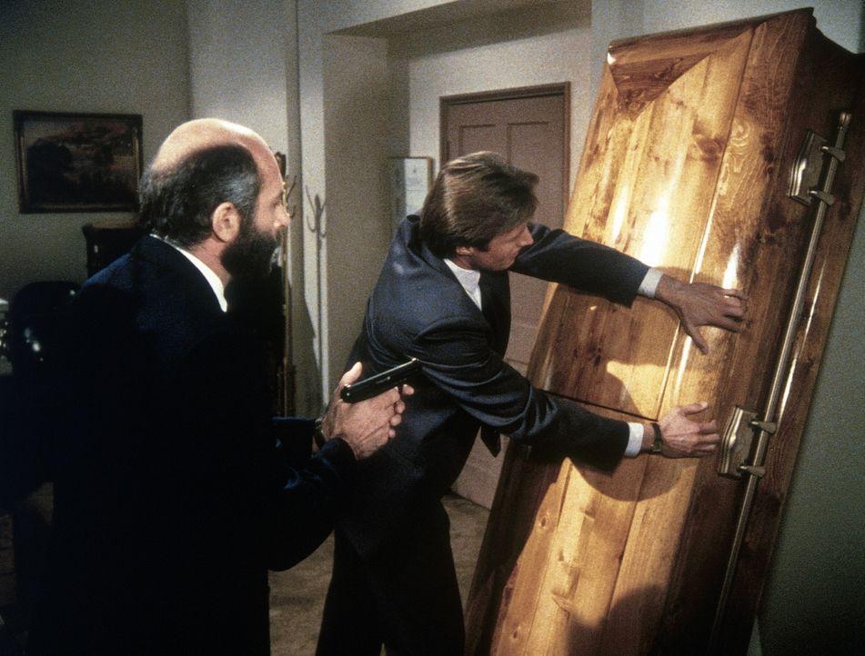 Gute Zusammenarbeit: Als sie merkwürdigen Geräuschen nachgehen, finden Lee (Bruce Boxleitner, r.) und Yuri (Milos Kirek, l.) in einem Sarg den gefes...