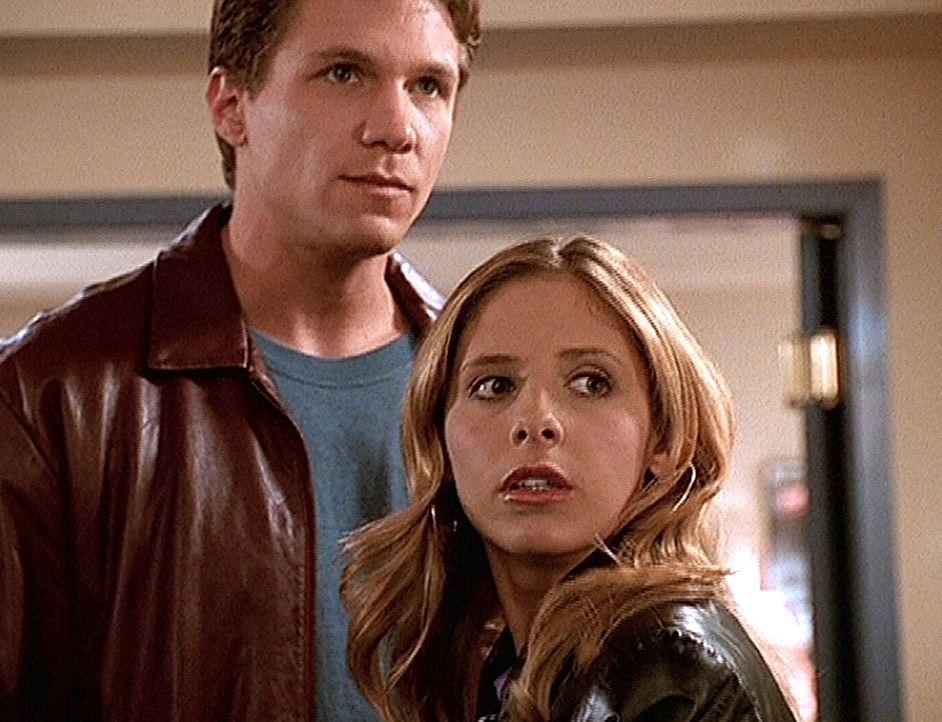 Buffy (Sarah Michelle Gellar, r.) macht eine schwere Zeit durch. Obwohl Riley (Marc Blucas, l.) ihr helfen will, lässt sie ihn nicht an sich heran. - Bildquelle: TM +   2000 Twentieth Century Fox Film Corporation. All Rights Reserved.