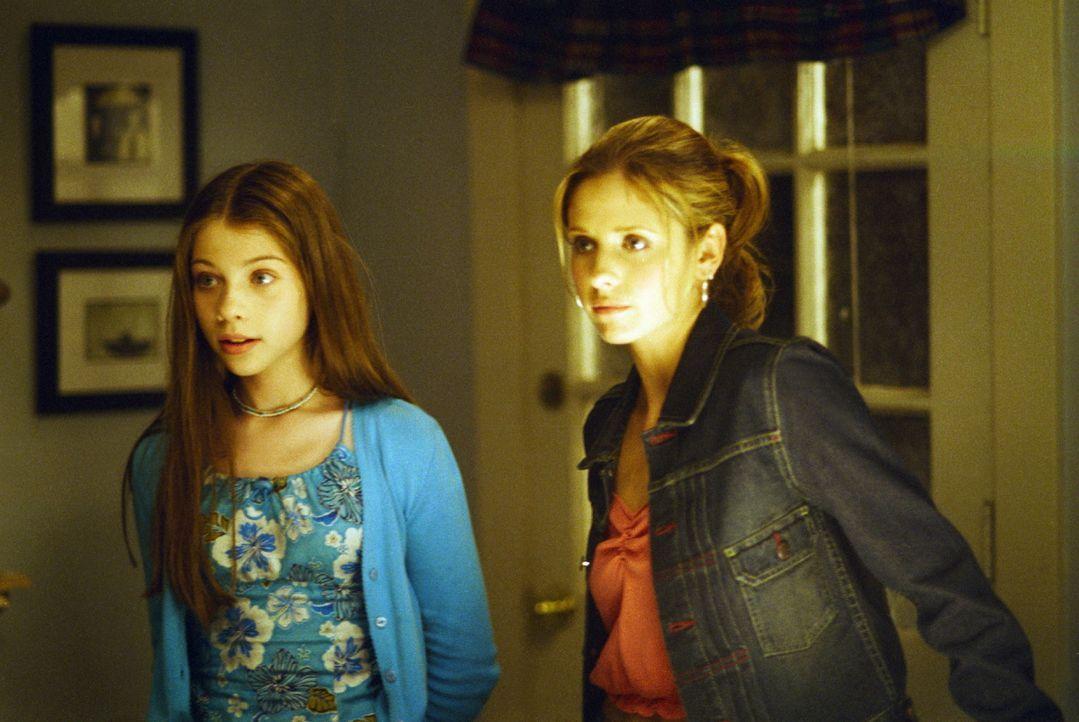 Schwestern unter sich: Buffy (Sarah Michelle Gellar, l.) und Dawn (Michelle Trachtenberg). - Bildquelle: TM +   2000 Twentieth Century Fox Film Corporation. All Rights Reserved.