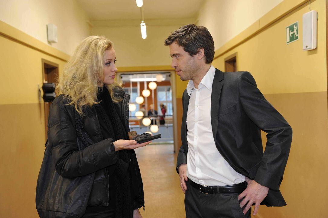 Alexandra (Verena Mundhenke, l.) wird nachdenklich, als sie mit Julian (Sebastian Hölz, r.) darüber spricht, wie sie mit der Waffe verfahren soll... - Bildquelle: SAT.1